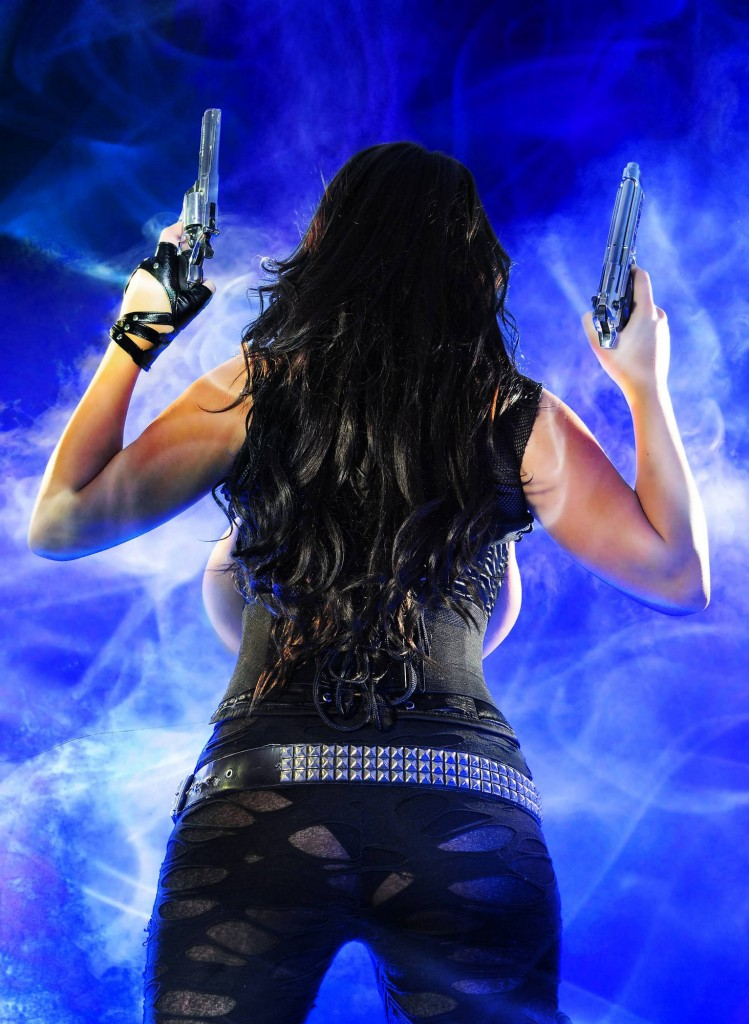 girl war 47 749x1024 Девушки с большими пистолетами