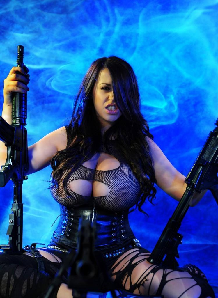 girl war 681 749x1024 Девушки с большими пистолетами