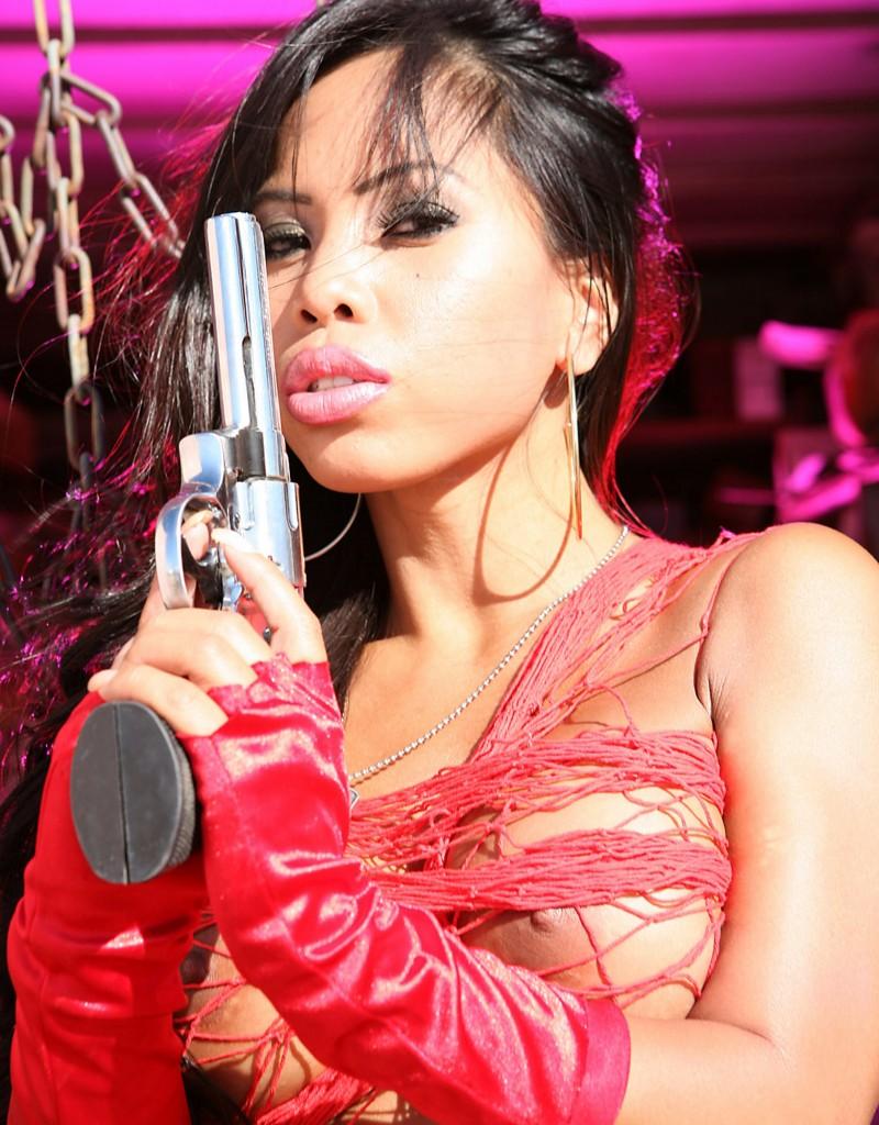 girl war 80 800x1024 Девушки с большими пистолетами